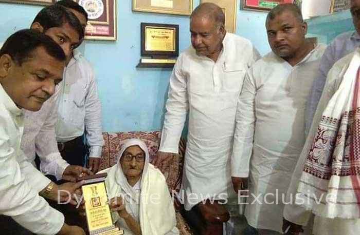 शहीद वीर अब्दुल हमीद की पत्नी को सम्मानित करते सपा नेता