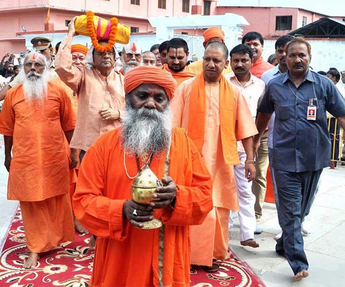 श्री गोरखनाथ मन्दिर में श्रीमद्भागवत शोभायात्रा में सीएम योगी व अन्य महंत