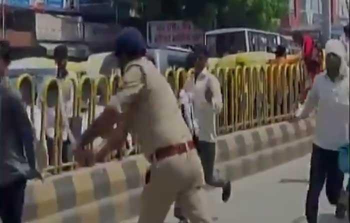 शिक्षकों पर लाठीचार्ज करती पुलिस