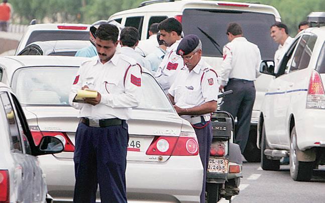 चालान काटती ट्रैफिक पुलिस (फाइल फोटो)