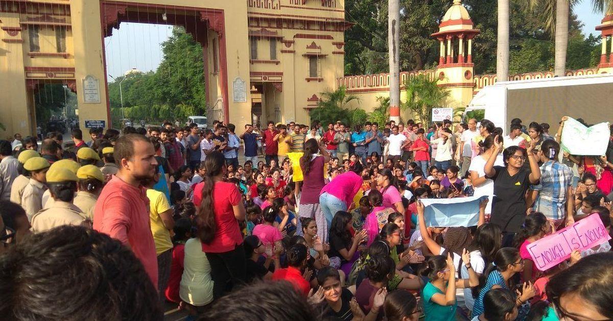 बीएचयू में प्रदर्शन  करती छात्राएं