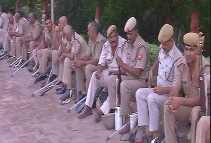 तनाव के बाद बीएचयू के बाहर तैनात पुलिस