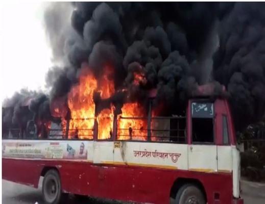 बसपा के आक्रोशित समर्थकों ने बसों को भी लगाई आग