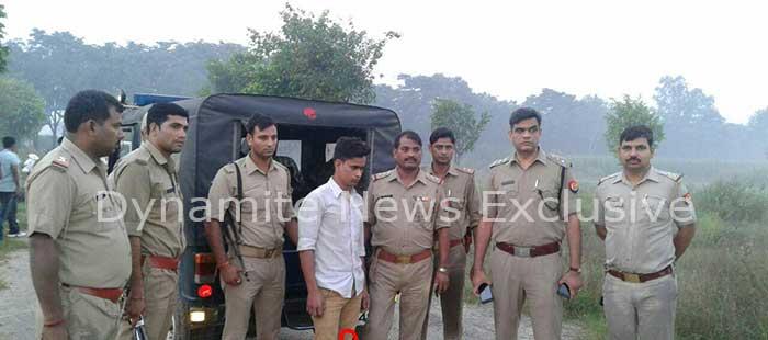 पुलिस के साथ गिरफ्तार बदमाश