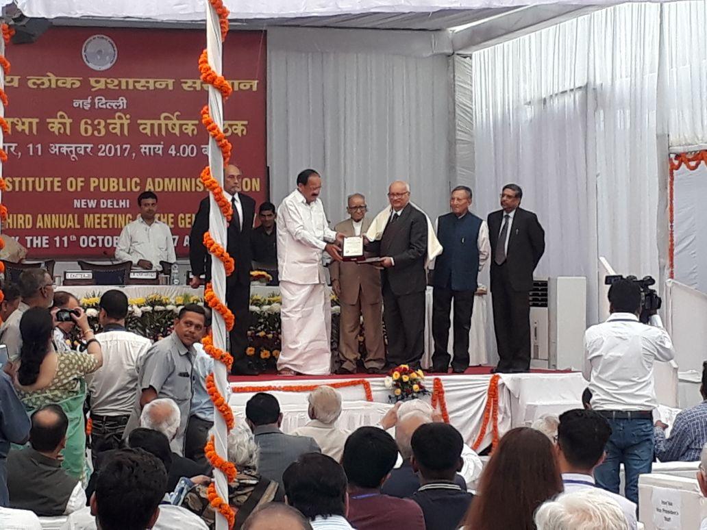 बाल्मीकि प्रसाद सिंह को सम्मानित करते उपराष्ट्रपति एम. वैंकया नायडु