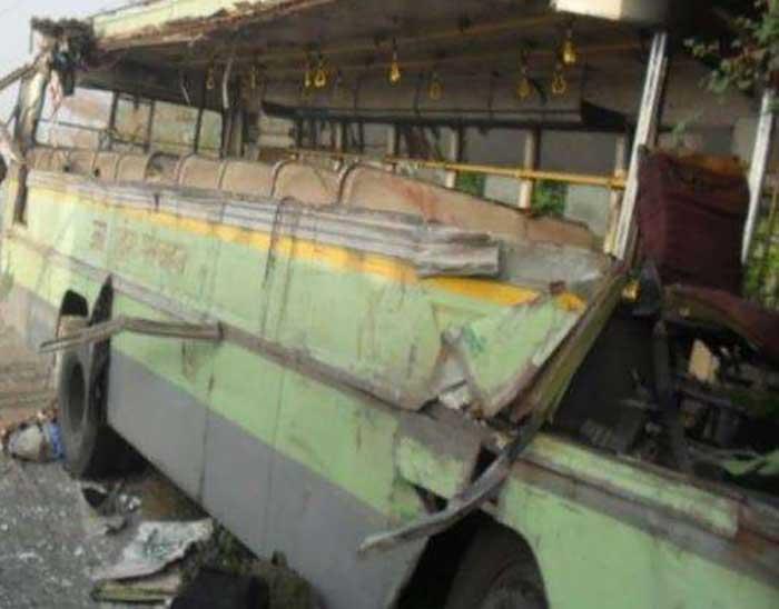 टक्कर के बाद क्षतिग्रस्त बस