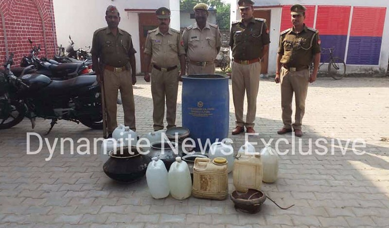 अवैध फैक्ट्री से बरामद नकली शराब और उपकरण