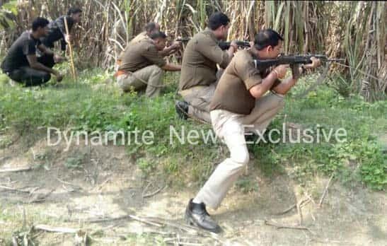 बदमाशों पर फायरिंग करती पुलिस