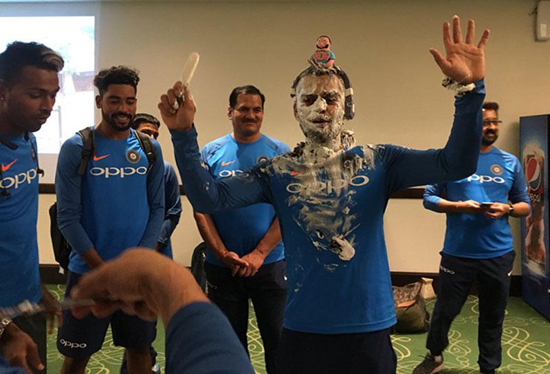 जन्मदिन पर खिलाड़ियों ने कप्तान संग की मस्ती