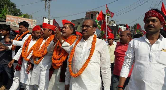 नामांकन के लिए जाते सपा प्रत्याशी शैल जायसवाल, साथ में पूर्व मंत्री सुशील कुमार टिबड़ेवाल