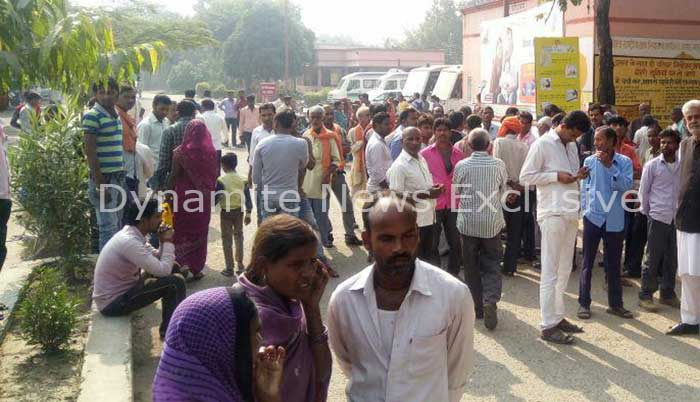 युवक की मौत के बाद उमड़ी ग्रामीणों की भीड़