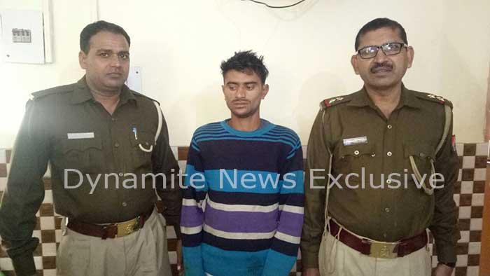 पुलिस के कब्जे में गिरफ्तार बदमाश