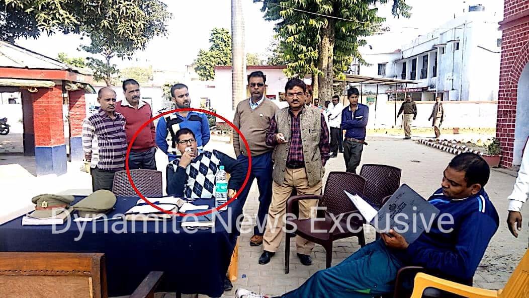 लाल घेरे में रेप का आरोपी, पुलिसिया कुर्सी पर आवभगत
