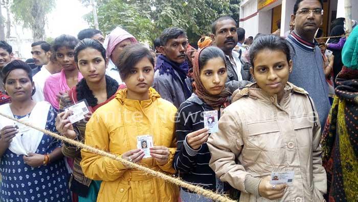 महराजगंज में मतदान के लिए लगी लंबी कतार