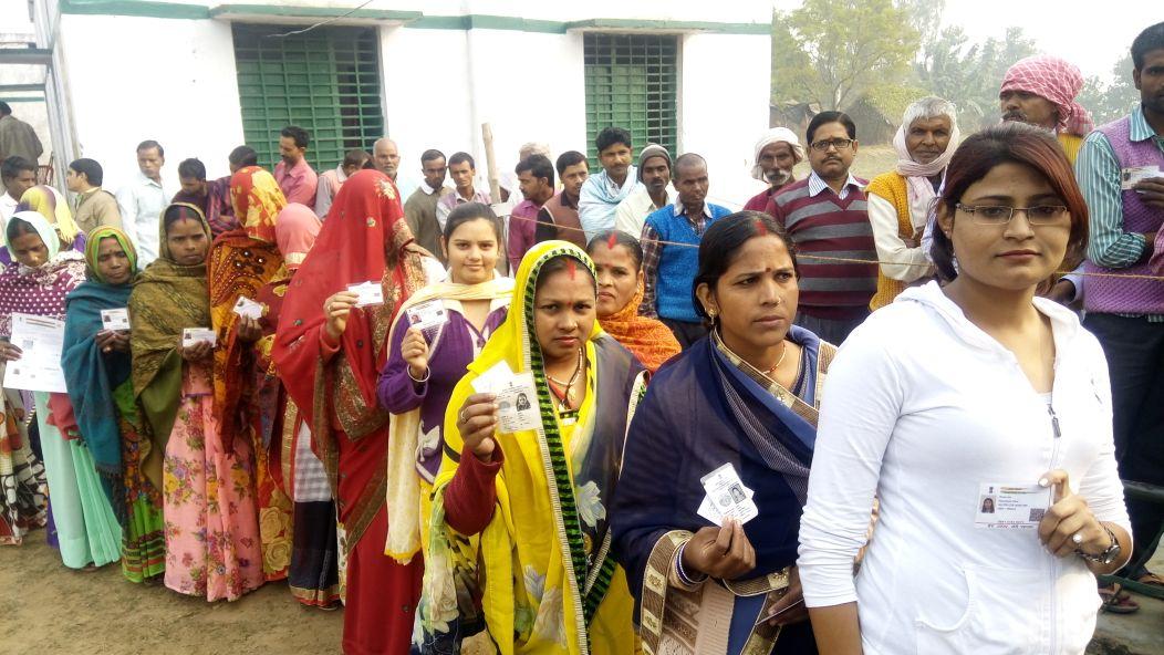 मतदान को लगी महिलाओं की कतार