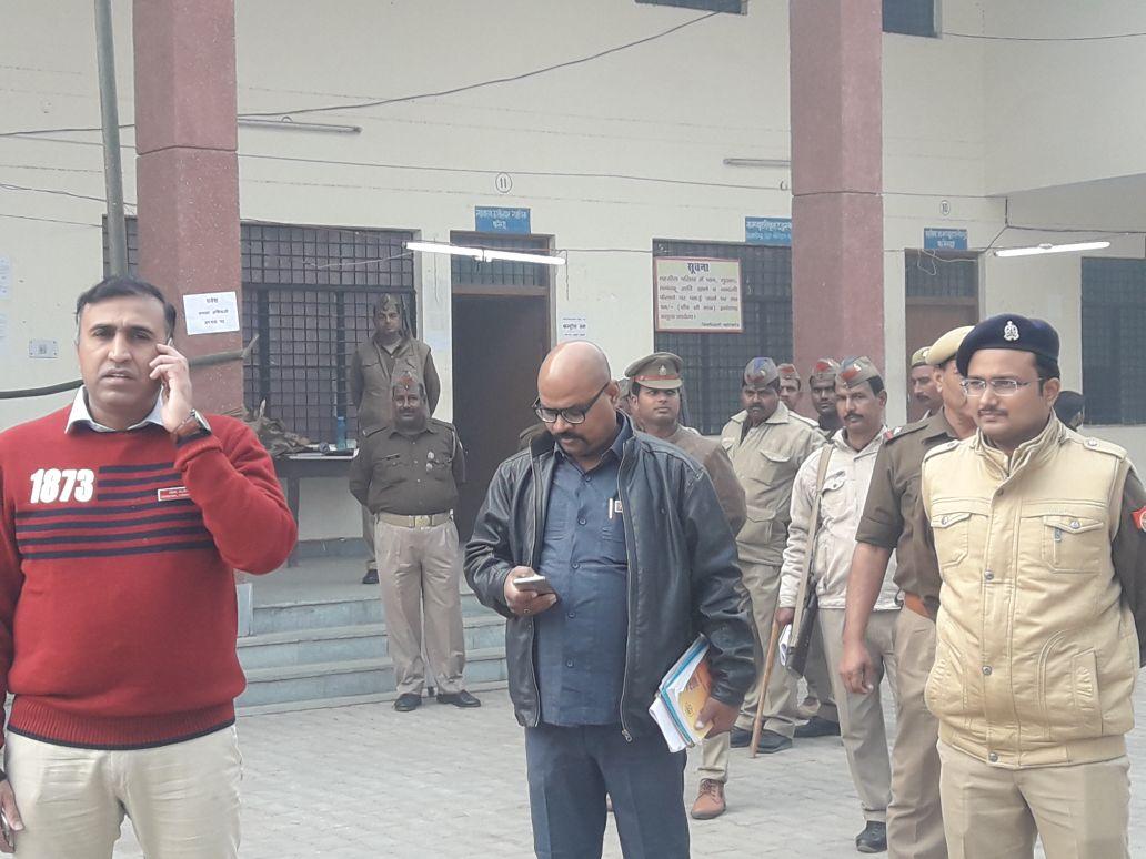 मतगणना स्थल का निरीक्षण करते गोरखपुर कमिश्नर अनिल कुमार