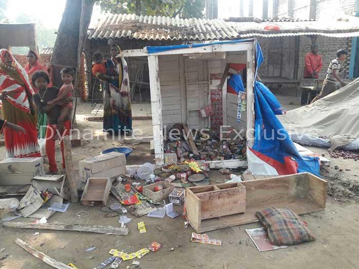 घरों में तोड़फोड़ के बाद बिखरा सामान