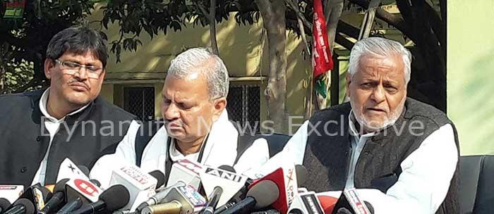 लखनऊ में मीडिया से बात करते सपा नेता राजेंद्र चौधरी