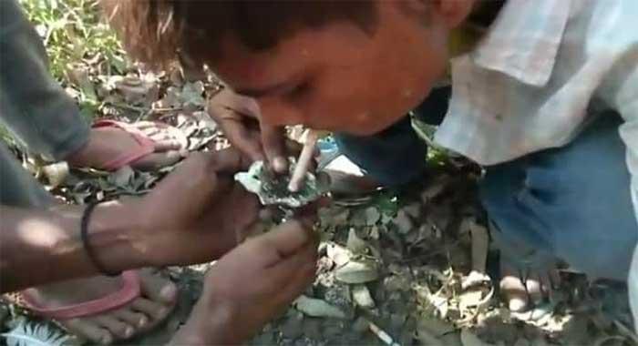 रुपईडीहा थाना क्षेत्र में स्मैक लेते युवा
