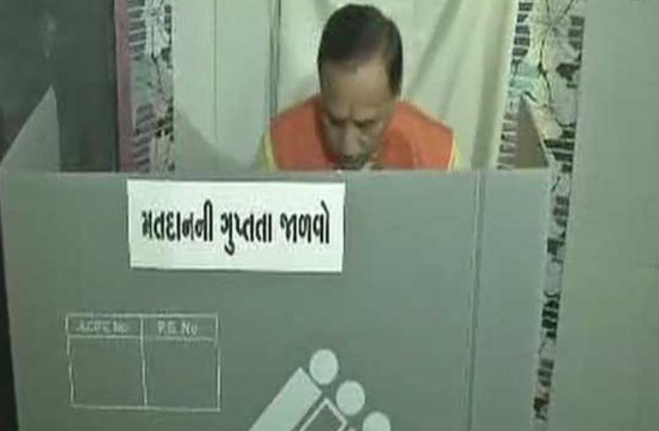 वोट डालते  विजय रूपाणी