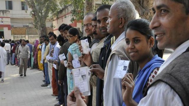 वोटिंग के लिए लाइन में खड़े मतदाता