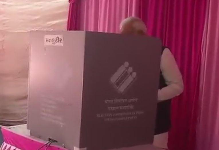 वोट डालते पीएम मोदी