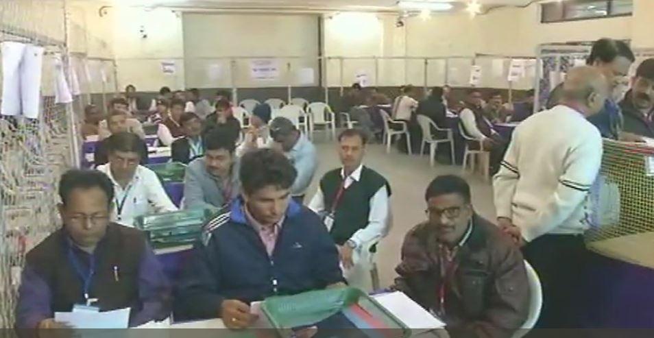 गुजरात  चुनाव की मतगणना शुरू