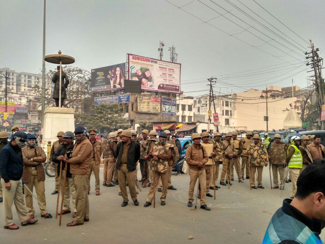 छात्रों के उपद्रव के बाद बीएचयू के आससाप तैनात पुलिस