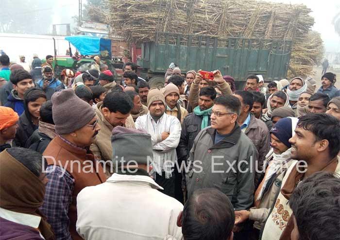 गन्ना किसानो से बात करती पुलिस