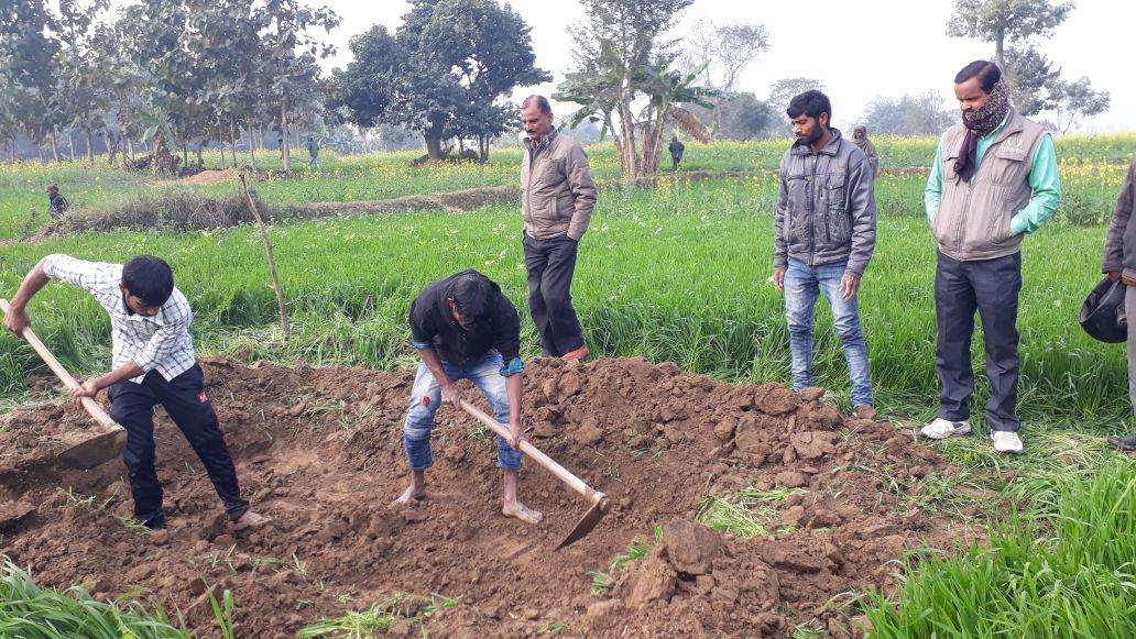 शव दफनाने के लिये खुदायी करते ग्रामीण