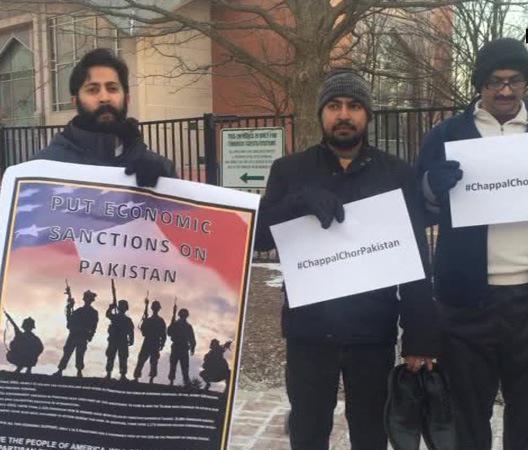 अमेरिका में पाकिस्तान को चप्पल चोर बताकर प्रर्दशन करते लोग
