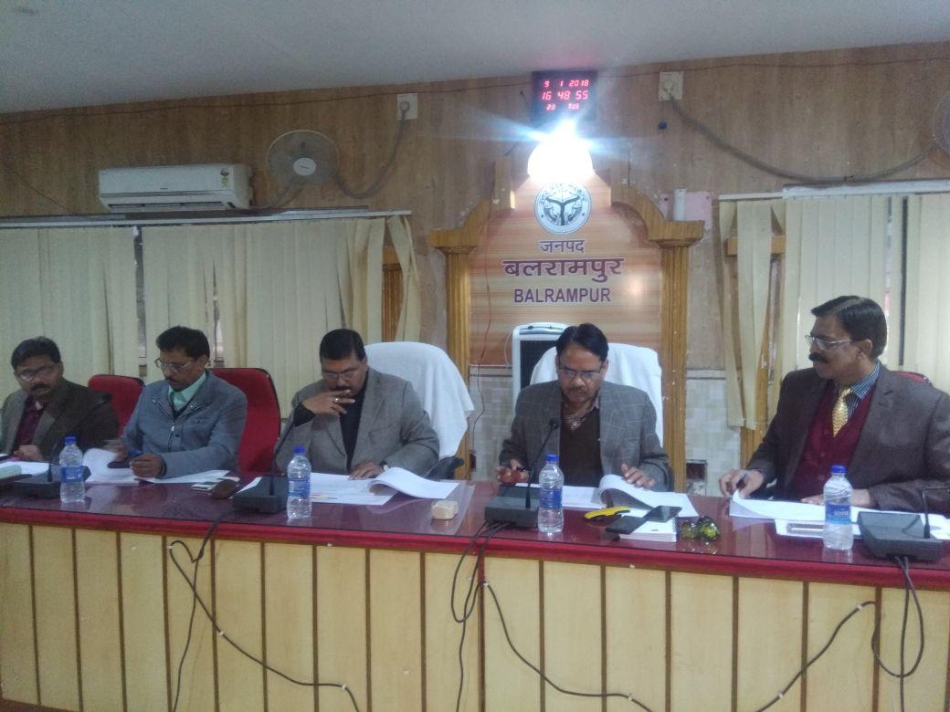 बैठक में उपस्थित जिलाधिकारी राकेश कुमार मिश्र व अन्य