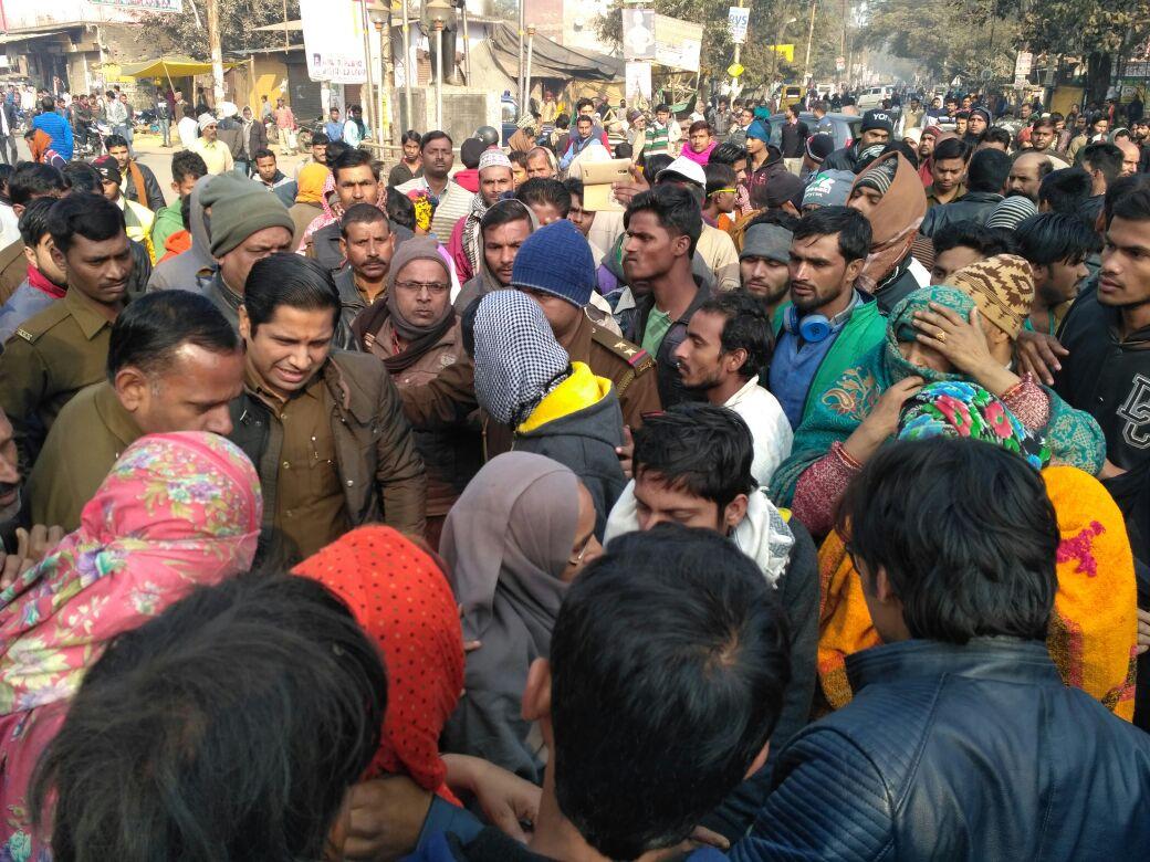 घटना के बाद मौके पर मौजूद लोगों को समझाती पुलिस
