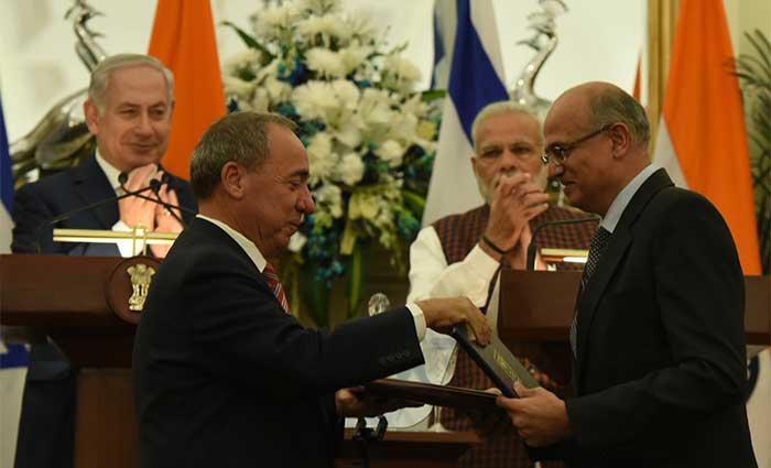 दिल्ली के हैदराबाद हाउस में समझौते के वक्त भारत और इजरायल के पीएम