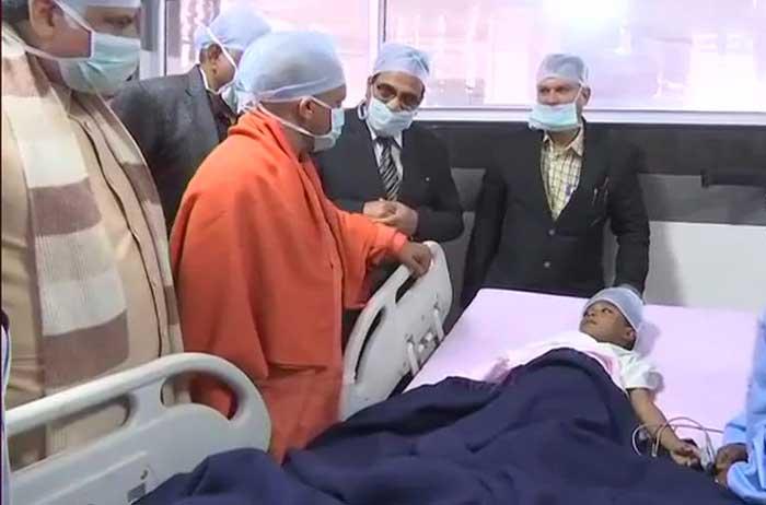 केजीएमयू के ट्रामा सेंटर में घायल छात्र का हाल पूछते सीएम योगी