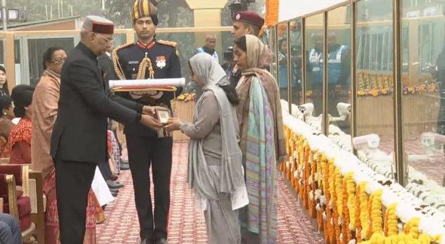 वीरता पुरस्कार से शहीदों के परिजन को सम्मानित करते कोविंद