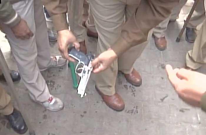 पुलिस छापेमारी में आरोपी के घर से बरामद देसी पिस्टल