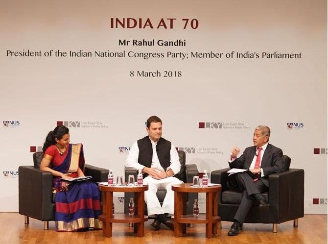 छात्रों को संबेधित करते राहुल गांधी