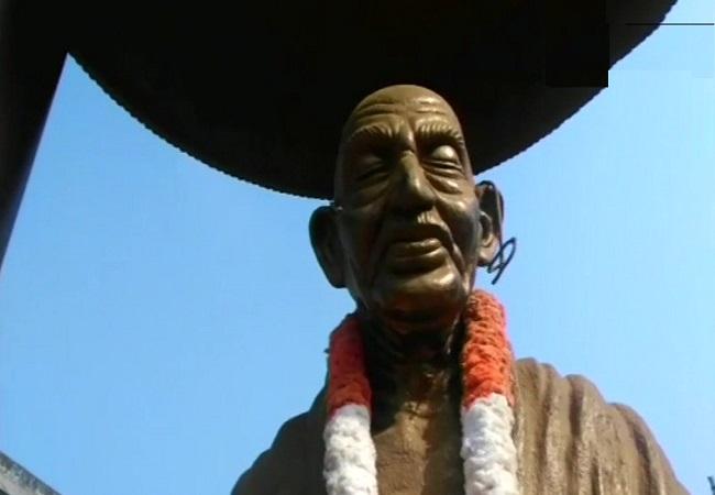 उपद्रवियों ने तोड़ी महात्मा गांधी की मूर्ति