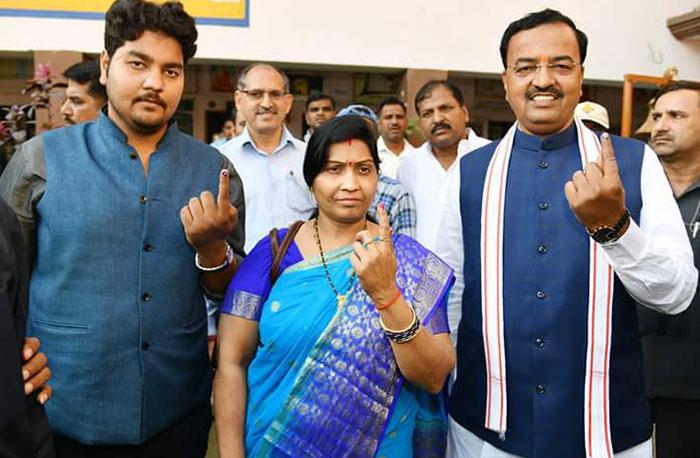 पत्नी और वेटे के साथ वोट डालने आये डिप्टी सीएम मौर्य