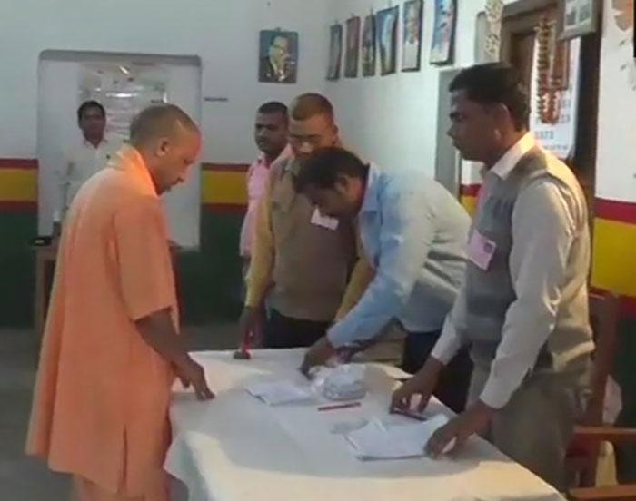 गोरखपुर में वोट डालते योगी आदित्यनाथ