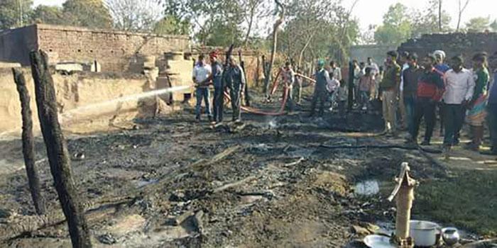 आग बुझाते ग्रामीण और दमकल टीम