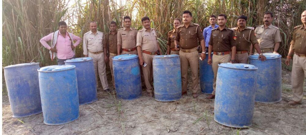बरामद अवैध स्प्रिट के साथ पुलिस