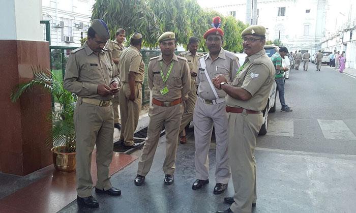 मतगणना स्थल के बाहर तैनात सुरक्षा कर्मी