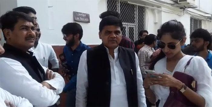 मतगणना स्थल के बाहर खड़े नेता