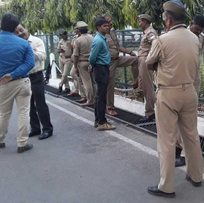 मतगणना पर मौजूद सुरक्षाकर्मी