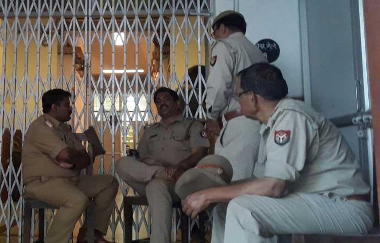 मतगणना स्थल पर मौजूद सुरक्षाकर्मी