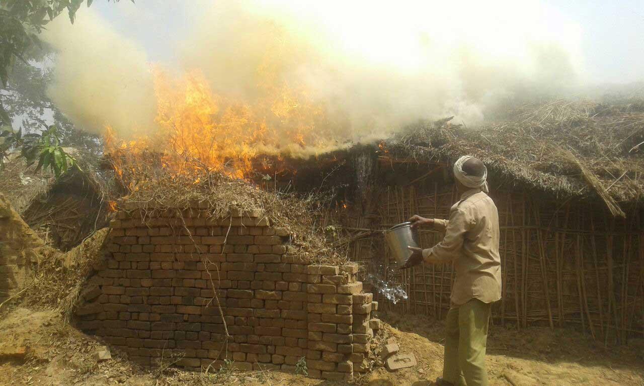 आग बुझाते ग्रामीण