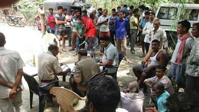 घटना स्थल पर पर पुलिस व ग्रामीण