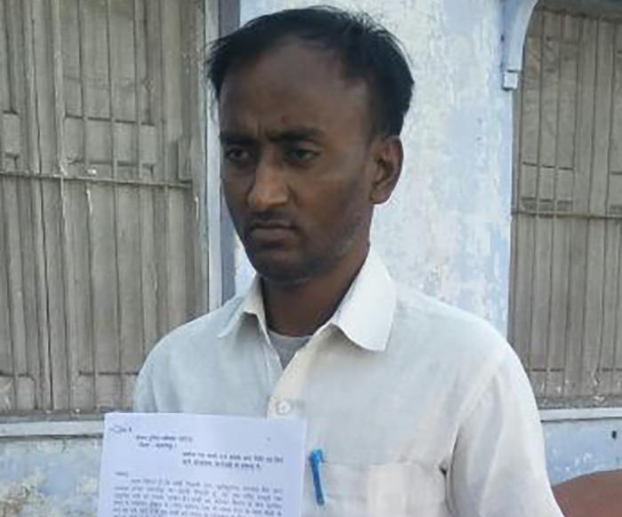 तहरीर के साथ शिकायतकर्ता गुरू प्रसाद
